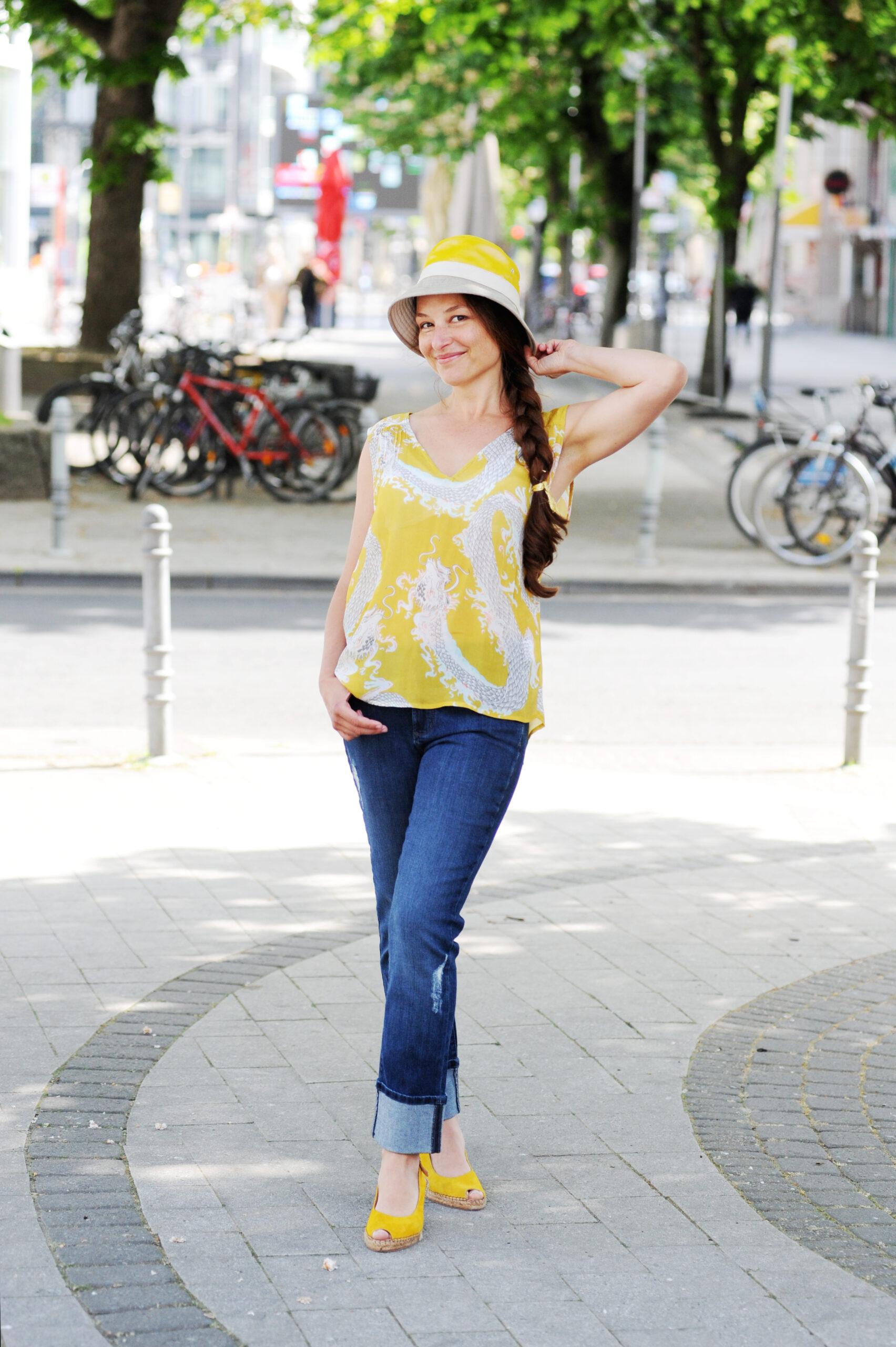 Caroline Betz Schauspielerin Köln Film Fernsehen Theater Bühne Porträt Künstlerin Ganzkörper Sommerlook fotografiert von Jennifer Fey